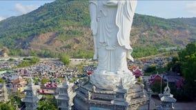 Εναέρια άποψη βάθρου αγαλμάτων του Βούδα και τεσσάρων πύργων απόθεμα βίντεο