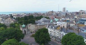 Εναέρια άποψη βράσης της πόλης του Μπράιτον και ανυψωμένος, Αγγλία Γύρω από το βασιλικό περίπτερο και το θόλο απόθεμα βίντεο