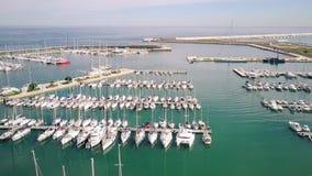 Εναέρια άποψη ελλιμενισμένα sailboats στη μαρίνα απόθεμα βίντεο