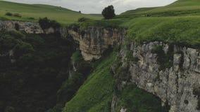 Εναέρια άποψη ενός απότομου βράχου στο φαράγγι με έναν ποταμό που διατρέχει του θερινή ανατολή βουνών τοπίων φιλμ μικρού μήκους