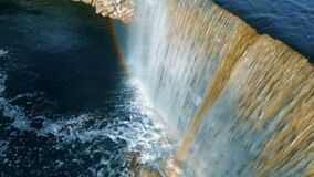Εναέρια άποψη ενός καταρράκτη ποταμών με το αφρίζοντας νερό στο τέλος απόθεμα βίντεο