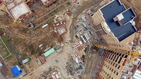 Εναέρια άποψη ενός μεγάλου εργοτάξιου οικοδομής με πολλούς γερανούς Άποψη άμεσα άνωθεν απόθεμα βίντεο