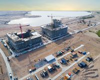 Εναέρια άποψη ενός πύργου γερανών κατασκευής Τοπ γερανός άποψης και πρόοδος εργασίας οικοδόμησης εργαζόμενος Άποψη εργοτάξιων οικ στοκ φωτογραφία με δικαίωμα ελεύθερης χρήσης