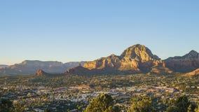 Εναέρια άποψη ηλιοβασιλέματος του βουνού λόφων Capitol και της εικονικής παράστασης πόλης Sedona απόθεμα βίντεο