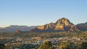 Εναέρια άποψη ηλιοβασιλέματος του βουνού λόφων Capitol και της εικονικής παράστασης πόλης Sedona από τη φυσική επιφυλακή αερολιμέ απόθεμα βίντεο