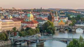 Εναέρια άποψη ηλιοβασιλέματος του ποταμού και των γεφυρών Vltava που εξισώνουν timelapse, Πράγα απόθεμα βίντεο