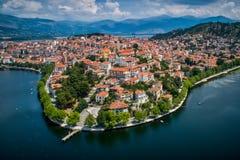 Εναέρια άποψη η πόλη της Καστοριάς στα βόρεια ελληνικά στοκ εικόνα