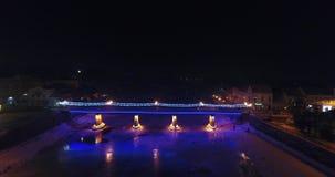 Εναέρια άποψη: Θέατρο πυρκαγιάς κοντά στη φωτισμένη γέφυρα στον παγωμένο ποταμό φιλμ μικρού μήκους