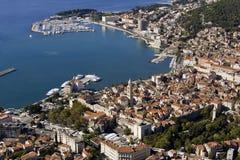 Εναέρια άποψη, διασπασμένο κέντρο πόλεων, παλαιά κωμόπολη με Diocletian το παλάτι, Κροατία στοκ εικόνα