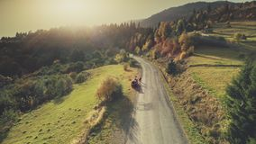 Εναέρια άποψη κίνησης αυτοκινήτων εθνικών οδών λόφων βουνών απόθεμα βίντεο