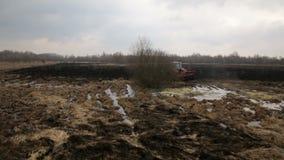 Εναέρια άποψη καλλιεργήσιμου εδάφους με ένα οργώνοντας χώμα τρακτέρ απόθεμα βίντεο