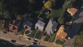 Εναέρια άποψη κατ' ευθείαν κάτω σχετικά με την κατοικημένη γειτονιά της Πενσυλβανίας απόθεμα βίντεο