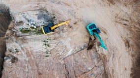Εναέρια άποψη, κενό έδαφος της κατασκευής περιοχών με τη μηχανή φορτωτών εκσκαφέων δύο Στοκ φωτογραφία με δικαίωμα ελεύθερης χρήσης