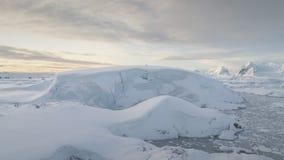 Εναέρια άποψη κηφήνων λόφων χιονιού της Ανταρκτικής απόθεμα βίντεο