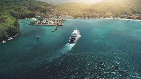 Εναέρια άποψη κηφήνων: Πορθμείο που πλέει στο λιμάνι απόθεμα βίντεο