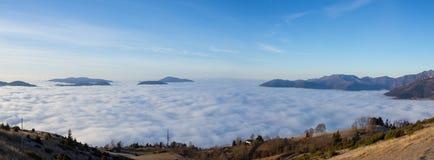 Εναέρια άποψη κηφήνων στη Po πεδιάδα και την κοιλάδα Seriana Η ομίχλη καλύπτει όλα τα χωριά και την πεδιάδα Padana Στοκ Εικόνα