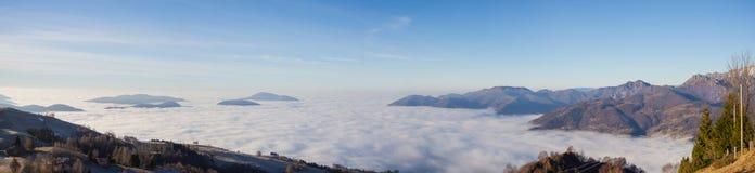 Εναέρια άποψη κηφήνων στη Po πεδιάδα και την κοιλάδα Seriana Η ομίχλη καλύπτει όλα τα χωριά και την πεδιάδα Padana Στοκ εικόνες με δικαίωμα ελεύθερης χρήσης