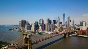 Εναέρια άποψη κηφήνων της οικονομικής περιοχής της Νέας Υόρκης του Μανχάταν, της γέφυρας του Μπρούκλιν και του ποταμού του Hudson απόθεμα βίντεο