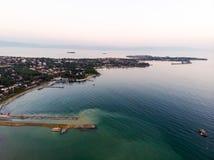 Εναέρια άποψη κηφήνων της παραλίας της Ιστανμπούλ Tuzla στη χρυσή ώρα/την μπλε ώρα Στοκ εικόνες με δικαίωμα ελεύθερης χρήσης
