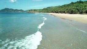 Εναέρια άποψη κηφήνων της τροπικής παραλίας παραδείσου με την άσπρη άμμο και το τυρκουάζ κρύσταλλο - σαφές θαλάσσιο νερό φιλμ μικρού μήκους