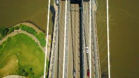 Εναέρια άποψη κηφήνων του ανώτερου οδοστρώματος γεφυρών της Νέας Υόρκης Μανχάταν, ώρα κυκλοφοριακής αιχμής απόθεμα βίντεο