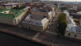 Εναέρια άποψη κηφήνων του ιστορικού κεντρικού αναχώματος πόλεων στην ευρωπαϊκή πόλη φιλμ μικρού μήκους