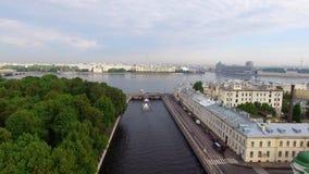 Εναέρια άποψη κηφήνων του ιστορικού κεντρικού αναχώματος πόλεων στην ευρωπαϊκή πόλη απόθεμα βίντεο