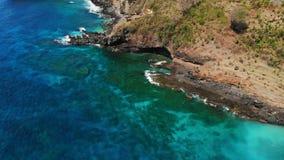 Εναέρια άποψη κηφήνων του μπλε ωκεανού, βράχοι με τις πέτρες απόθεμα βίντεο