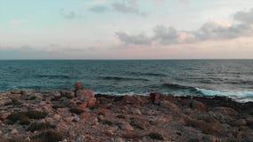 Εναέρια άποψη κηφήνων των γιγαντιαίων θαυμάσιων ωκεάνιων κυμάτων με το νέο ελκυστικό θηλυκό ταξιδιώτη στο κόκκινο πουκάμισο που ε απόθεμα βίντεο