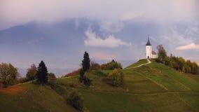 Εναέρια άποψη κηφήνων Jamnik, Σλοβενία Ουράνιο τόξο, Άλπεις και εκκλησία του ST Primoz φιλμ μικρού μήκους