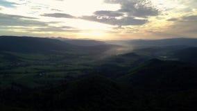 Εναέρια άποψη μήκους σε πόδηα κηφήνων: Πτήση πέρα από το ορεινό χωριό φθινοπώρου με τα δάση, τους τομείς και τον ποταμό στο μαλακ απόθεμα βίντεο