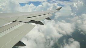 Εναέρια άποψη με πολλά σύννεφα του βουνού και του ωκεανού Χονγκ Κονγκ από το αεροπλάνο απόθεμα βίντεο