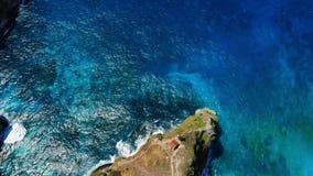 Εναέρια άποψη με την μπλε ωκεάνια, δύσκολη ακτή με τις πέτρες φιλμ μικρού μήκους