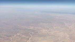 Εναέρια άποψη με το αεροπλάνο που πετά πέρα από τους αμμόλοφους άμμου στην έρημο στο ηλιοβασίλεμα απόθεμα βίντεο