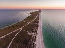 Εναέρια άποψη μιας ανατολής πέρα από το νησί Byriuchyi - φτύστε μεταξύ Azov της θάλασσας και Utljuk Lyman, εθνικό πάρκο azov -azo στοκ φωτογραφίες με δικαίωμα ελεύθερης χρήσης