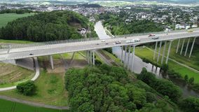 Εναέρια άποψη μιας γέφυρας εθνικών οδών πέρα από την κοιλάδα Lahn, Γερμανία απόθεμα βίντεο