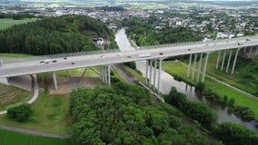 Εναέρια άποψη μιας γέφυρας εθνικών οδών πέρα από την κοιλάδα Lahn, Γερμανία φιλμ μικρού μήκους