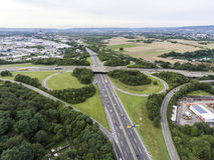 Εναέρια άποψη μιας διατομής εθνικών οδών με μια ανταλλαγή Γερμανία Koblenz τριφύλλι-φύλλων στοκ εικόνα