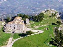 Εναέρια άποψη μιας εκκλησίας σε ένα μικρό χωριό της Σικελίας Στοκ Εικόνες
