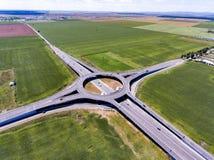 Εναέρια άποψη μιας διασταύρωσης κυκλικής κυκλοφορίας κοντά σε Ploiesti Ρουμανία Στοκ φωτογραφία με δικαίωμα ελεύθερης χρήσης