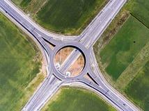 Εναέρια άποψη μιας διασταύρωσης κυκλικής κυκλοφορίας Στοκ Φωτογραφίες