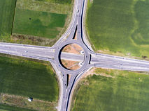 Εναέρια άποψη μιας διασταύρωσης κυκλικής κυκλοφορίας Στοκ Εικόνες