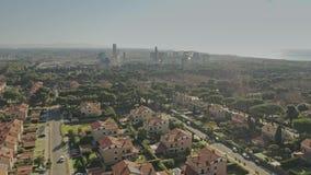 Εναέρια άποψη μιας κατοικήσιμης περιοχής ενάντια στις ρυπογόνες εγκαταστάσεις αέρα απόθεμα βίντεο