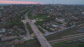 Εναέρια άποψη μιας ογκώδους διατομής εθνικών οδών στη Μόσχα Άποψη από τον ουρανό στο τοπίο πόλεων τη νύχτα Κυκλοφορία βραδιού φιλμ μικρού μήκους