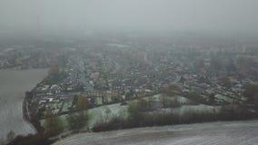 Εναέρια άποψη μιας πόλης κάτω από το χιόνι απόθεμα βίντεο