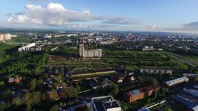 Εναέρια άποψη μιας σύγχρονης πόλης στο ηλιοβασίλεμα συνδετήρας Τοπ άποψη της πόλης το καλοκαίρι στο ηλιοβασίλεμα απόθεμα βίντεο