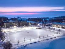 Εναέρια άποψη μιας τεράστιας αίθουσας παγοδρομίας πάγου στο υπόβαθρο ενός όμορφου ηλιοβασιλέματος στοκ φωτογραφίες