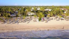 Εναέρια άποψη μιας τροπικής παραλίας μια ηλιόλουστη ημέρα Παραλία Bavaro, Punta Cana, Δομινικανή Δημοκρατία 4k βίντεο κηφήνων φιλμ μικρού μήκους