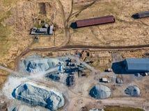 Εναέρια άποψη μικρών εγκαταστάσεων για την παραγωγή και τα καθαρίζοντας ερείπια και του τσιμέντου κοντά στους σωρούς των οικοδομι στοκ φωτογραφίες