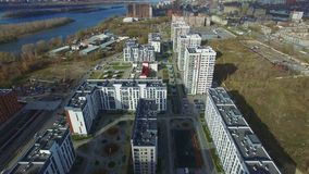 Εναέρια άποψη: νέα κτήρια κοντά στον ποταμό απόθεμα βίντεο